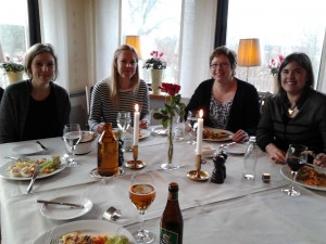 Monika, Marianne Helena och Åsa lunchar på Särsta världshus